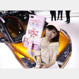 上海国際モーターショーで生中継する中国ネットアイドルの陳瀟さん(C)共同通信社