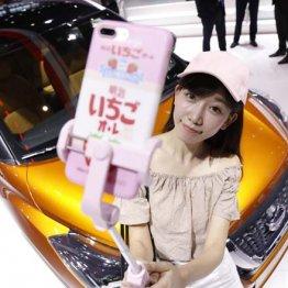 上海国際モーターショーで生中継する中国ネットアイドルの陳瀟さん
