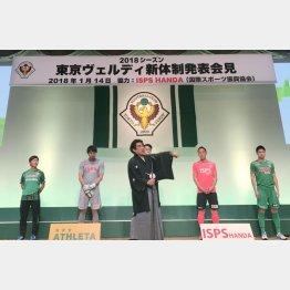 あいさつする胸スポンサー、ISPSの半田社長(C)日刊ゲンダイ