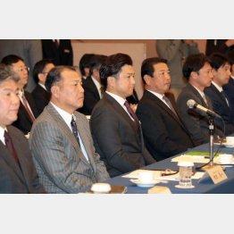 高橋監督(中央)の左が村田ヘッド(C)日刊ゲンダイ