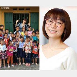 ベトナムの小学校で子供たちと交流(C)日刊ゲンダイ