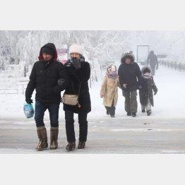 極寒の中、笑顔で歩く人々(ロシア・サハ共和国)/(C)タス=共同
