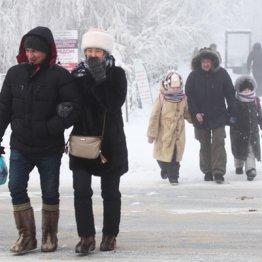 極寒の中、笑顔で歩く人々(ロシア・サハ共和国)
