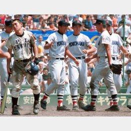 98年8月、甲子園準々決勝の延長十七回の幕切れ(右から2人目が松坂)/(C)共同通信社