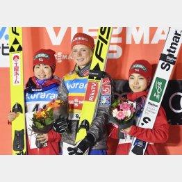 表彰台に上がった(左から)伊藤、ルンビ、高梨(C)共同通信社