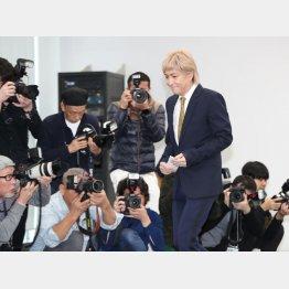 会見で引退を表明した小室哲哉(C)日刊ゲンダイ