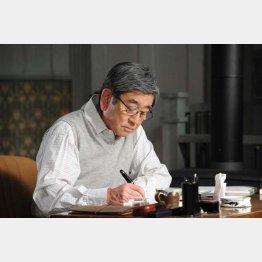 主人公の菊村を演じる石坂浩二/(提供写真)