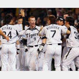 2010年にはシーズン安打数のプロ野球記録を更新(C)日刊ゲンダイ