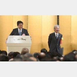 安倍首相と榊原会長(経済3団体の18年新年祝賀会)/(C)共同通信社