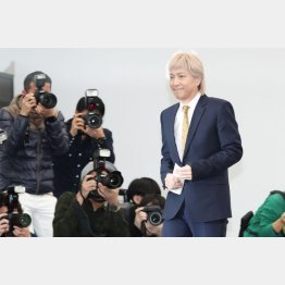 突然の引退会見になった小室哲哉(C)日刊ゲンダイ