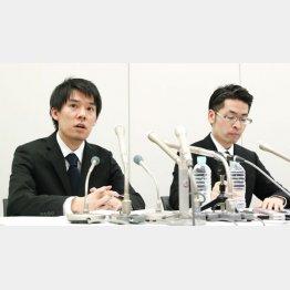 質問に答える和田晃一良社長(左)(C)共同通信社