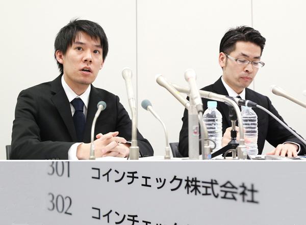返金するというが…(質問に答えるコインチェックの和田晃一良社長=左)/(C)共同通信社