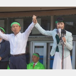 ゴミ袋問題を力説(右は三原議員)(C)日刊ゲンダイ