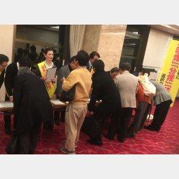 都内で行われた署名活動(C)日刊ゲンダイ