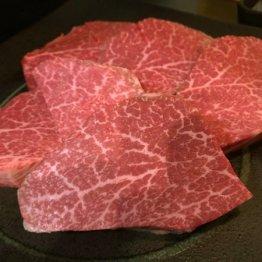 """トングで肉の先を""""チラ見"""" 赤身肉は薄く切って軽くあぶる"""
