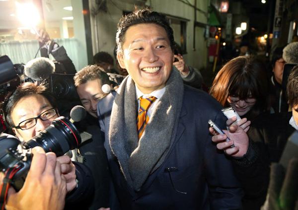 一門会後、飲食店を後にする貴乃花親方(C)日刊ゲンダイ