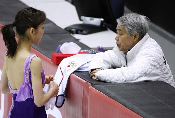 トリノ五輪で佐藤コーチと話す村主(C)JMPA