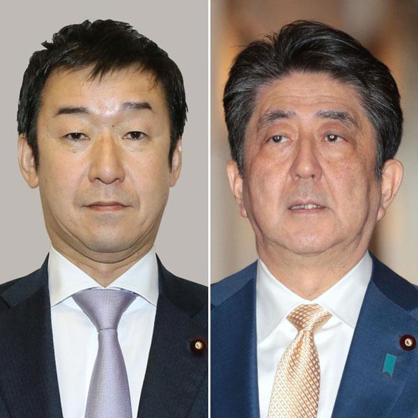 就任した田中副大臣(左)と安倍首相/(C)共同通信社
