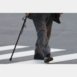 歩くときは歩幅を広く(C)日刊ゲンダイ