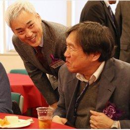 株式会社ダイナムの藤本達司代表取締役(左)/(C)日刊ゲンダイ