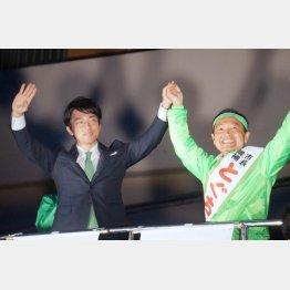 現地入りした小泉進次郎氏(左)も語らず(C)日刊ゲンダイ