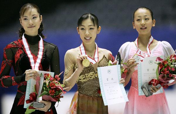 2005年全日本選手権で左から3位の荒川、優勝の村主、2位の浅田(C)共同通信社