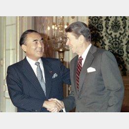 83年の日米首脳会談でレーガン米大統領(右)と/(C)共同通信社