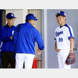 松坂はキャンプ初の投球で森監督と笑顔で会話(左は杉下茂臨時コーチ)/(C)日刊ゲンダイ