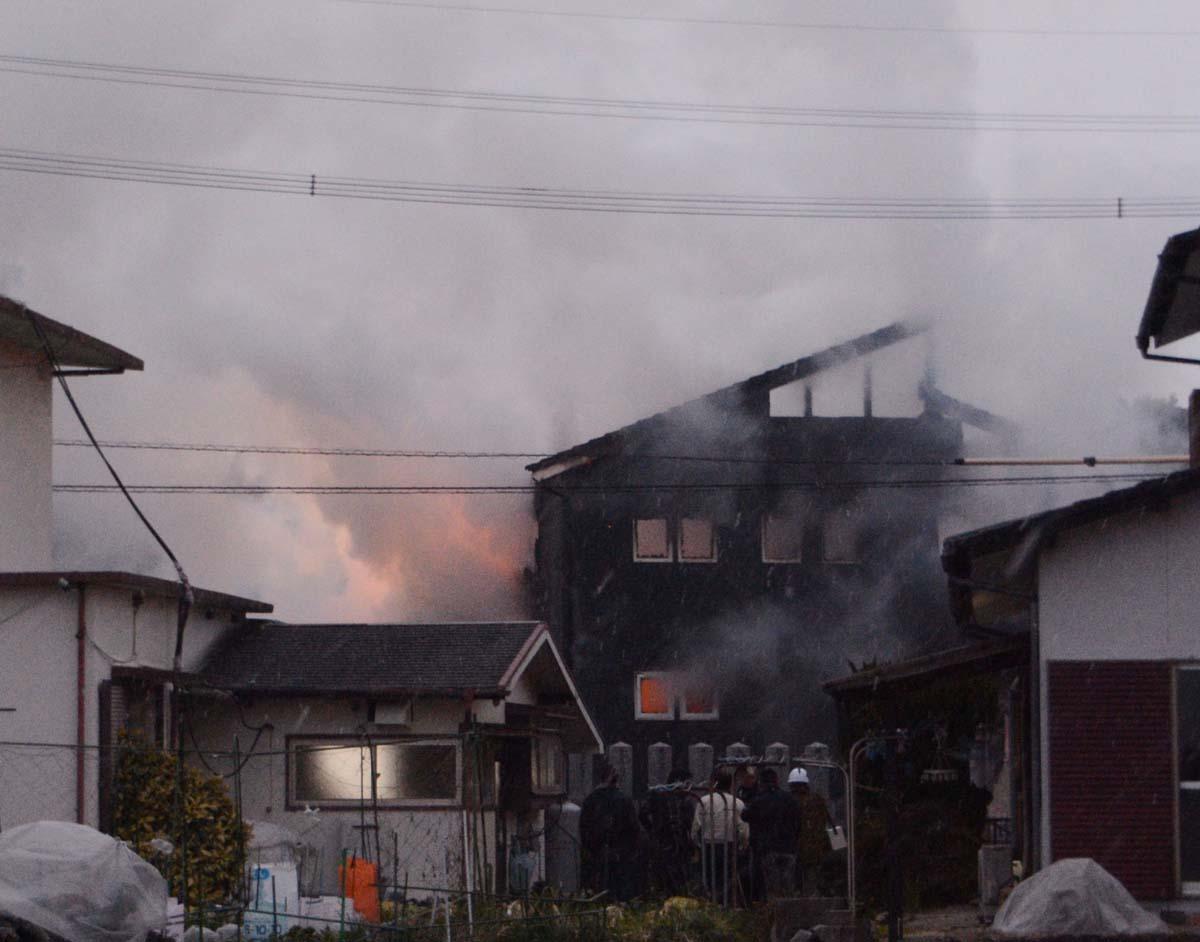 墜落で炎上し煙を上げる住宅(C)共同通信社