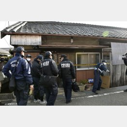 現場検証のため栗田ヨシ子さんの自宅に入る警察官(C)共同通信社