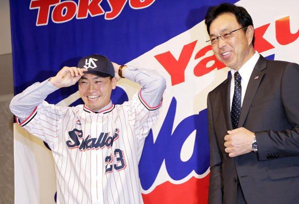 青木(左)の横で笑顔を見せる指揮官だが…(C)共同通信社