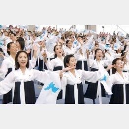 05年のアジア陸上(韓国・仁川)の開会式で統一旗を手に声援を送る北朝鮮応援団(C)共同通信社