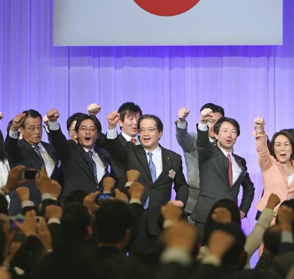 ガンバローコールをする大塚耕平代表ら(右から二人目)/(C)日刊ゲンダイ