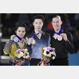 四大陸フィギュア表彰式で2位の宇野昌磨(左)と優勝した金博洋(右は3位J・ブラウン)=台北(共同)/(C)共同通信社