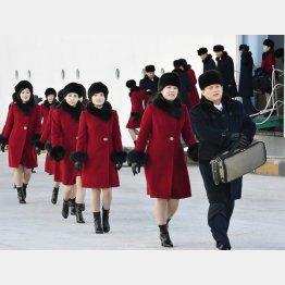 万景峰92号から下船する「三池淵管弦楽団」の一行/(C)共同通信社
