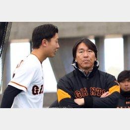 畠(左)の投球に松井コーチ(右)も太鼓判/(C)日刊ゲンダイ