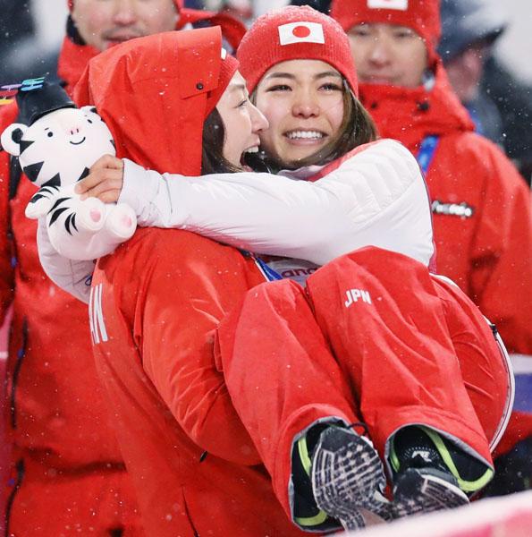 銅メダルを獲得し、山田いずみコーチに抱きかかえられ涙を流す高梨(C)共同通信社