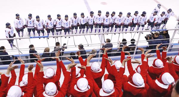 試合終了後、声援を受ける韓国と北朝鮮の合同チーム「コリア」(C)共同通信社
