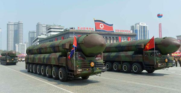 米国射程のICBMが軍事パレードに登場(C)コリアメディア=共同