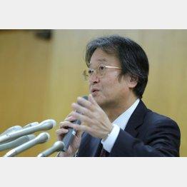 会見で説明する泰明小の和田校長(C)日刊ゲンダイ