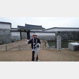 復元中の赤穂城とガイドの沼田義明さん(C)日刊ゲンダイ