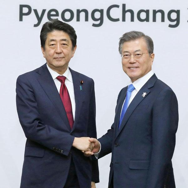会談の冒頭、握手をかわす安倍首相と韓国の文在寅大統領(C)共同通信社