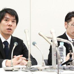 謝罪するコインチェックの和田社長(左)