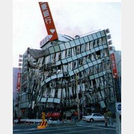 阪神大震災 神戸市内で鉄骨がへし折れた銀行のビル(C)日刊ゲンダイ