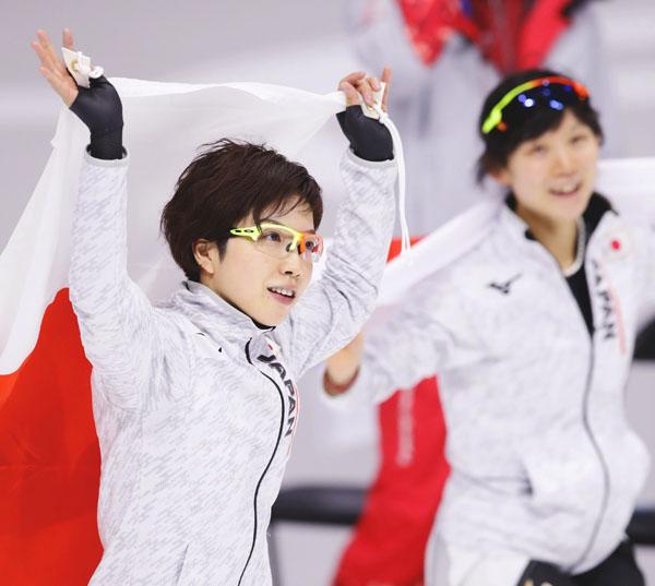 日の丸を背に笑顔の小平奈緒(左)と高木美帆(C)共同通信社
