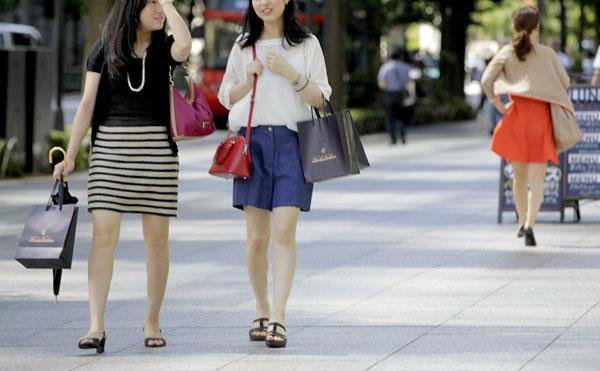 化粧品はOLに人気(C)日刊ゲンダイ