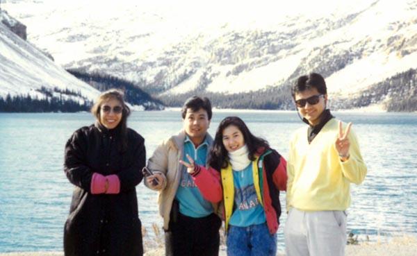 88~89年カナダツアーガイド時代の篠塚社長(右)/(提供写真)