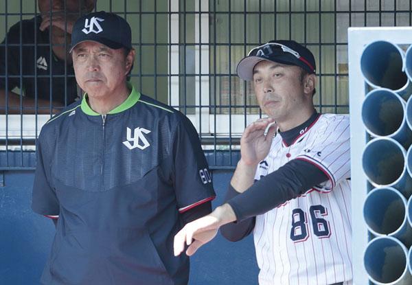 小川監督(左)と宮本ヘッドコーチ(C)日刊ゲンダイ