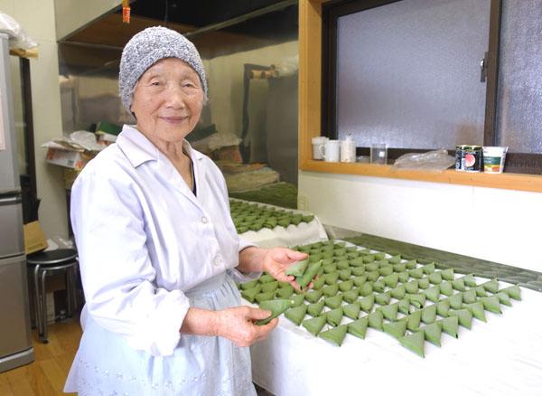 91歳で年間5万個の笹餅を作る桑田ミサオさん(C)日刊ゲンダイ