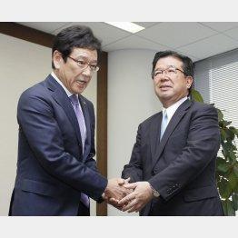 栗山監督もビックリ(右が末沢寿一社長)/(C)共同通信社